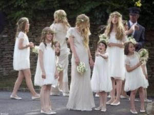 le-cortege-des-petites-filles-d-honneur-au-mariage-de-kate-moss-3060888