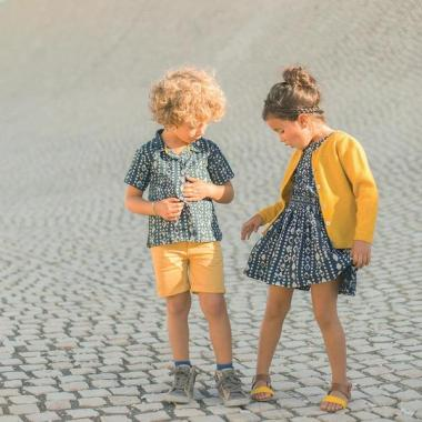 arsene-pipelettes-robe-fille-imprime-ikat-dabu-marine-cardigan-jaune-bermuda-garcon-chemise-manches-courtes_grande